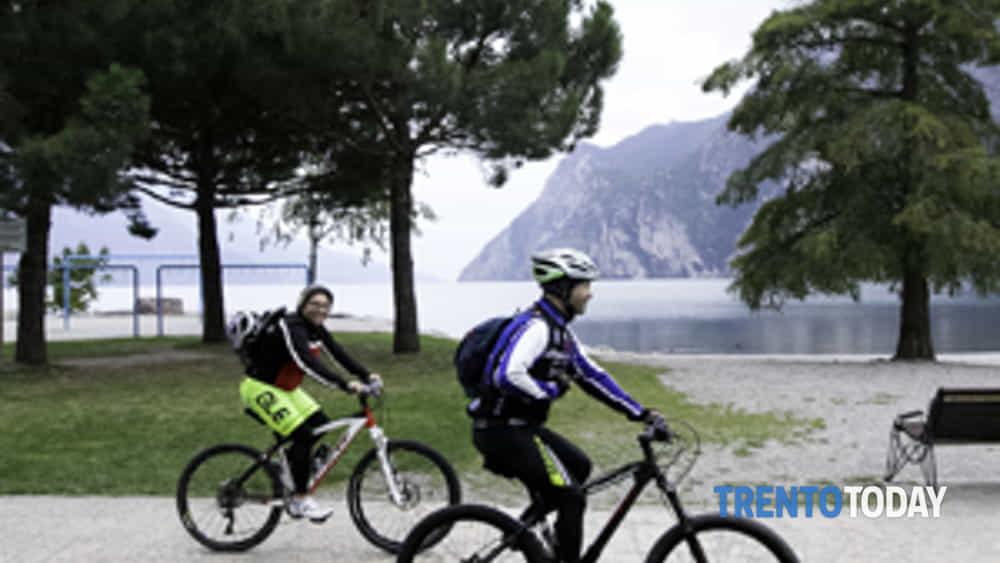 la 3a bike night riempe riva del garda di oltre 300 ciclisti-10