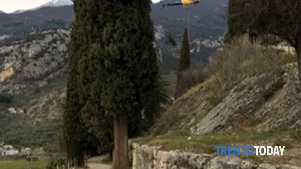 arco di trento, elicottero in volo per completare la ripavimentazione della passeggiata al castello-2