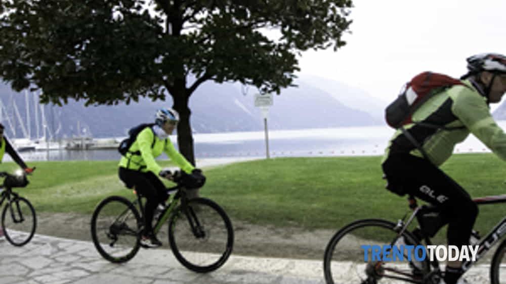 la 3a bike night riempe riva del garda di oltre 300 ciclisti-7