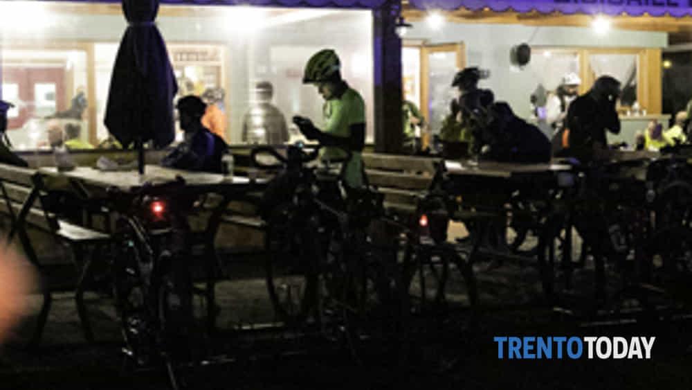 la 3a bike night riempe riva del garda di oltre 300 ciclisti-2