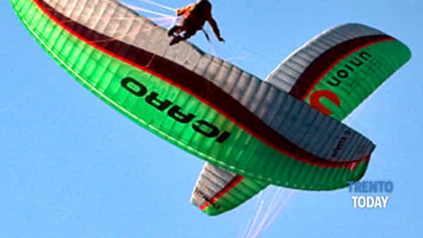 acrobati in parapendio nei cieli del trentino-2