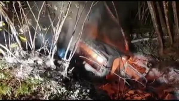 Spaventoso incidente nella notte, auto esce di strada e prende fuoco nel bosco: le immagini