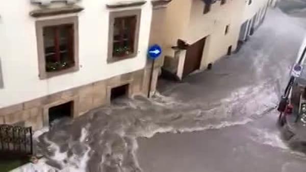 Tesero: la strada diventa un fiume