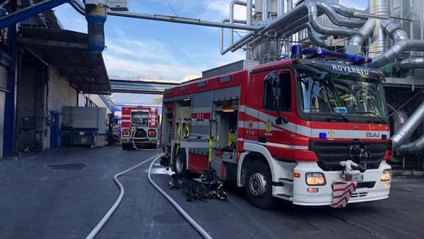 Incendio in un capannone industriale di Rovereto