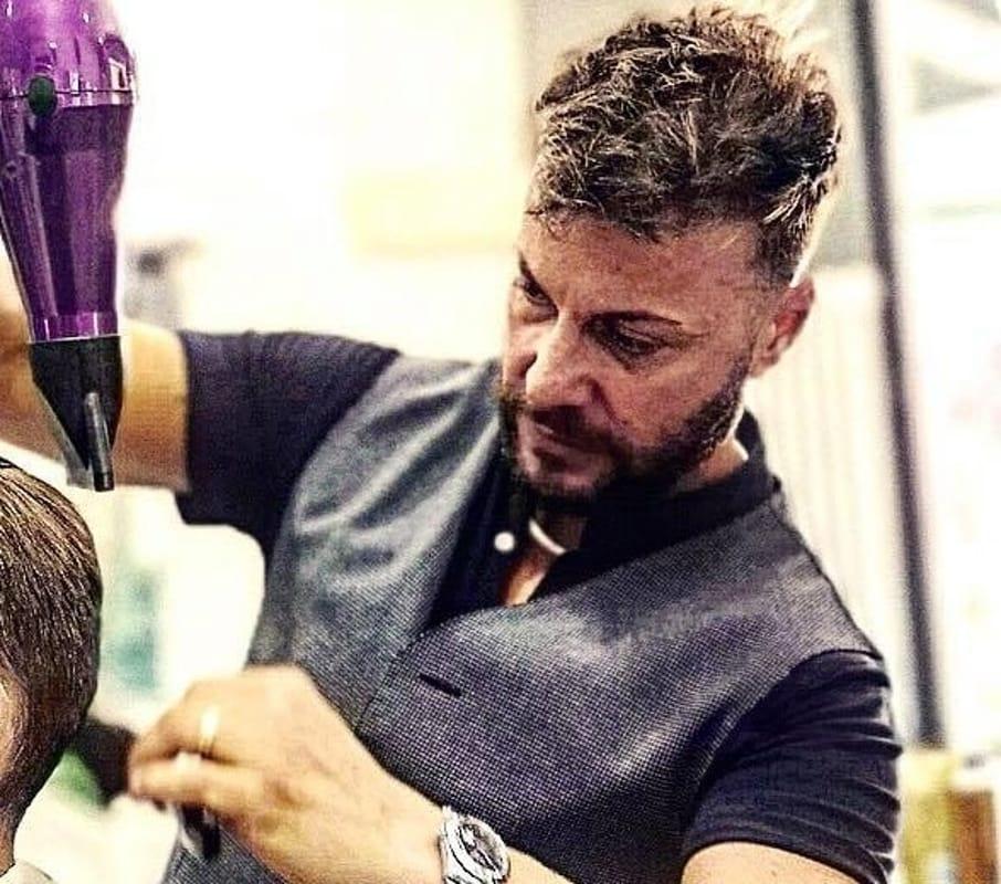 Barbiere di Rovereto che taglia i capelli ai bimbi autistici
